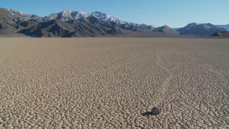 The-mysterious-rocks-which-race-across-the-dry-lakebed-known-as-the-Racetrack-in-Death-Valley-4