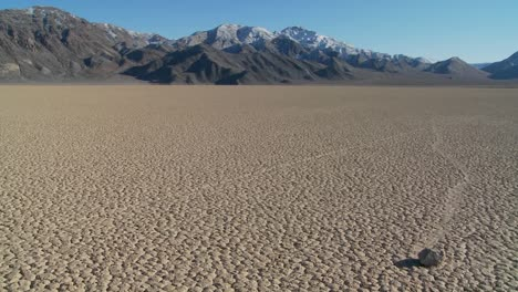 The-mysterious-rocks-which-race-across-the-dry-lakebed-known-as-the-Racetrack-in-Death-Valley-5