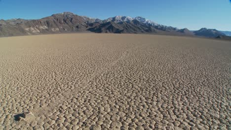 The-mysterious-rocks-which-race-across-the-dry-lakebed-known-as-the-Racetrack-in-Death-Valley-6