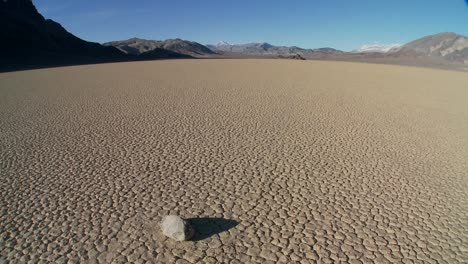 The-mysterious-rocks-which-race-across-the-dry-lakebed-known-as-the-Racetrack-in-Death-Valley-7