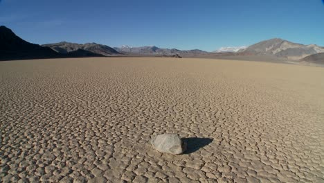 The-mysterious-rocks-which-race-across-the-dry-lakebed-known-as-the-Racetrack-in-Death-Valley-8