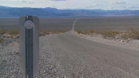 Una-Carretera-Solitaria-Atraviesa-El-Desierto-2