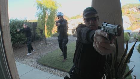 Agentes-De-La-DEA-O-SWAT-Con-Los-Brazos-Extendidos-Golpean-La-Puerta-Antes-De-Realizar-Una-Redada-Antidroga-En-Una-Casa-1