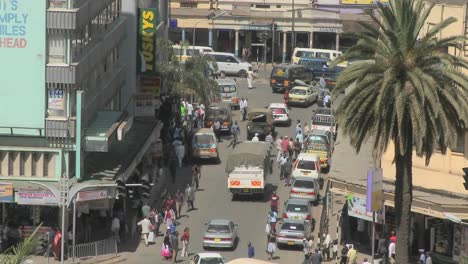 Crowds-and-traffic-on-the-streets-of-Nairobi-Kenya
