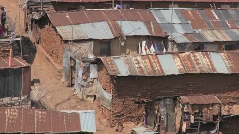 Alejarse-De-Un-Barrio-Pobre-Asolado-Por-La-Pobreza-En-Las-Afueras-De-Nairobi-Kenia
