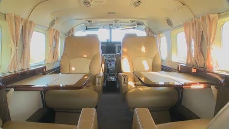 Dolly-Vorwärts-Durch-Das-Innere-Eines-Luxus-Jets