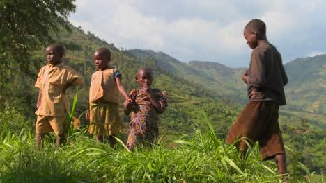 Los-Niños-De-Ruanda-Se-Paran-En-Campos-Agrícolas
