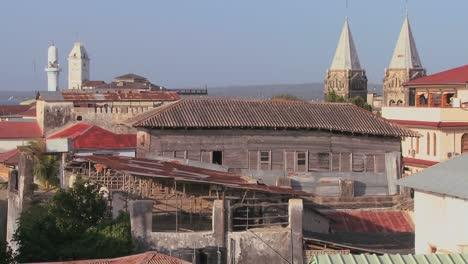 Una-Descripción-General-De-La-Azotea-Que-Establece-La-Toma-De-La-Ciudad-De-Piedra-De-Zanzíbar-Con-Mezquitas-Y-Campanarios