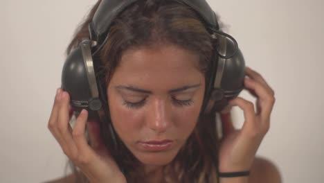 Woman-Headphones-02