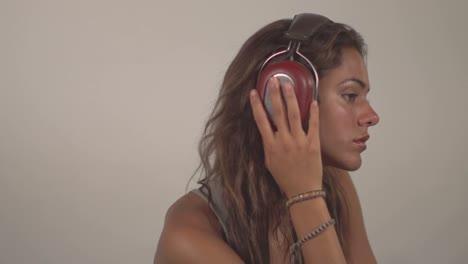 Woman-Headphones-08