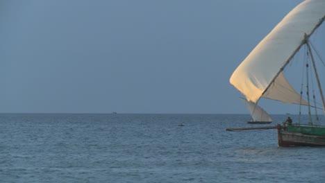 Un-Barco-Pirata-Dhow-Navega-Por-La-Costa-De-Zanzíbar