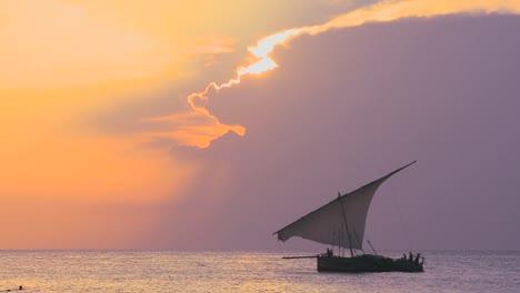 Una-Hermosa-Foto-Del-Atardecer-De-Un-Velero-Dhow-Navegando-Frente-A-La-Costa-De-Zanzíbar