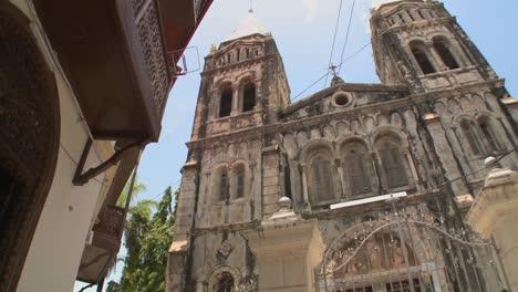 Opinión-De-ángulo-Baja-De-El-Catedral-Vieja-En-Ciudad-De-Piedra-Zanzíbar