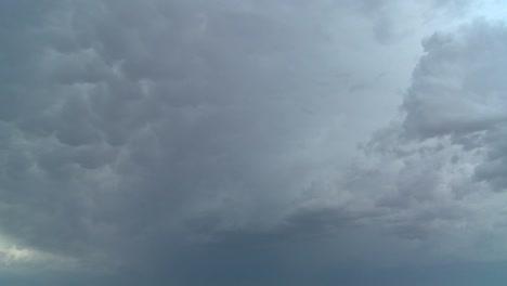 Disparo-De-Lapso-De-Tiempo-De-Nubes-De-Tormenta-Muy-Oscuras-Y-Amenazantes-Formando