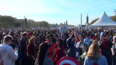 Las-Enormes-Multitudes-En-El-Mitin-De-On-Stewart-Stephen-Colbert-En-Washington-Dc