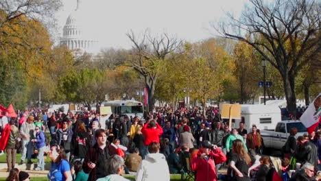 Grandes-Multitudes-De-Manifestantes-Se-Reúnen-En-Washington-DC-Para-Una-Manifestación-De-Protesta-1