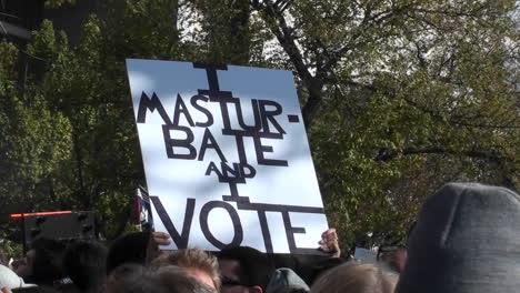 Un-Letrero-En-Un-Mitin-Dice-Que-Me-Masturbo-Y-Voto