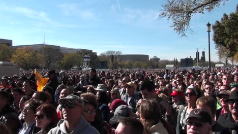 Crowds-of-protestors-on-the-mall-in-Washington-DC-does-the-wave-2
