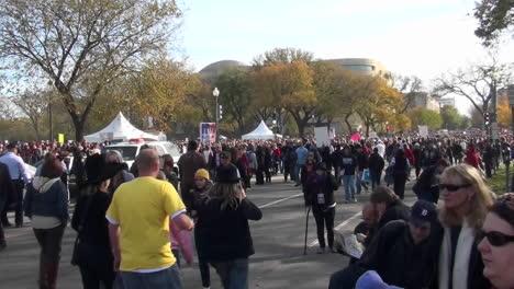 Grandes-Multitudes-Caminan-En-Una-Manifestación-En-Washington-DC-1