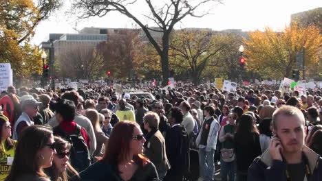 Grandes-Multitudes-Se-Mueven-En-Una-Protesta-Política-En-Washington-DC
