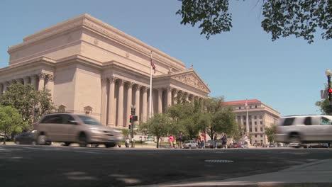 El-Edificio-De-Los-Archivos-Nacionales-En-Washington-Dc-Con-Tráfico-Que-Pasa