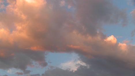 El-Naranja-Se-Refleja-En-Las-Nubes-De-Lapso-De-Tiempo-Al-Atardecer