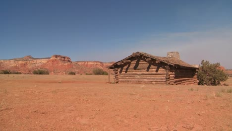 Nice-traveling-shot-of-a-desert-cabin