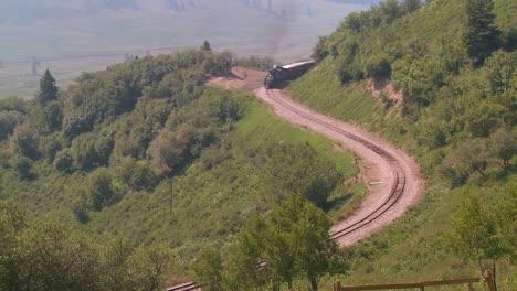 Un-Alto-�ngulo-De-Vista-De-Un-Tren-De-Vapor-Dando-La-Vuelta-A-Una-Curva-En-Las-Monta�as-Rocosas-Un-Alto-ángulo-De-Vista-De-Un-Tren-De-Vapor-Dando-La-Vuelta-A-Una-Curva-En-Las-Montañas-Rocosas