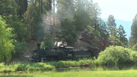 Un-Tren-De-Vapor-Se-Mueve-Alrededor-De-Una-Curva-En-Las-Monta�as-Rocosas-1-A-steam-train-moves-around-a-curve-in-the-Rocky-Mountains-1