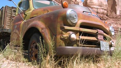 Un-Tiro-De-Seguimiento-De-Una-Vieja-Camioneta-Oxidada