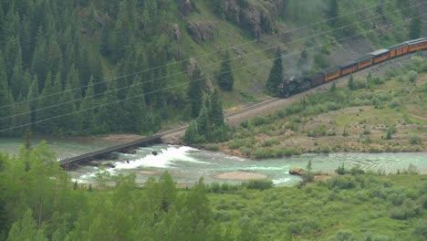 Alto-�ngulo-De-Un-Tren-De-Vapor-Que-Viaja-A-Trav�s-De-Un-Ca��n-Alto-ángulo-De-Un-Tren-De-Vapor-Que-Viaja-A-Través-De-Un-Cañón