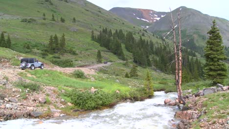 Un-Jeep-Conduce-A-Través-Del-Desierto-En-Las-Montañas-Rocosas-De-Colorado