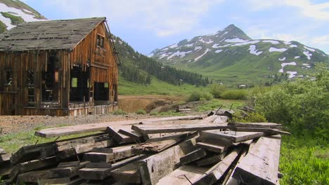 Time-lapse-shot-of-an-abandoned-mine-in-the-Colorado-Rocky-Mountains