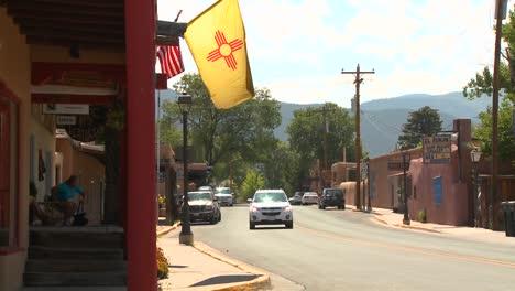 Die-New-Mexiko-Flagge-Weht-Auf-Einer-Straße-In-Taos-New-Mexico
