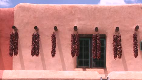 Chiles-Cuelgan-Fuera-De-Un-Edificio-De-Nuevo-México-En-Taos-1