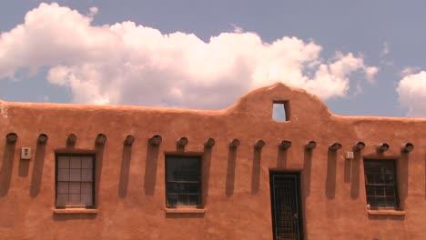 Zeitrafferwolken-über-Einem-Neuen-Adobe-Gebäude-In-Mexiko-Me