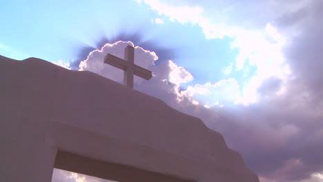 Una-Cruz-Cristiana-Brilla-Contra-Un-Cielo-Celestial