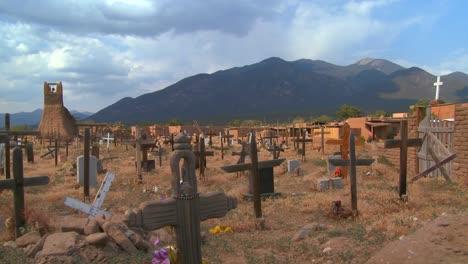Tumbas-Y-Cruces-Cristianas-En-El-Cementerio-Del-Pueblo-De-Taos-1