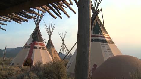 Tipis-Indios-De-Pie-En-Un-Campamento-De-Nativos-Americanos