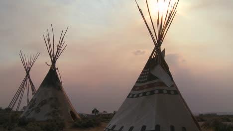 Tipis-Indios-De-Pie-En-Un-Campamento-De-Nativos-Americanos-Al-Atardecer