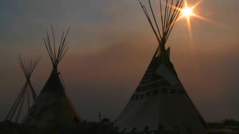 Tipis-Indios-De-Pie-En-Un-Campamento-De-Nativos-Americanos-Al-Atardecer-2