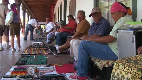 Los-Nativos-Americanos-Venden-Sus-Artesanías-Y-Mercancías-A-Los-Turistas-En-Las-Calles-De-Santa-Fe-Nuevo-México-2