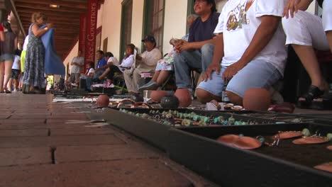 Los-Nativos-Americanos-Venden-Sus-Artesanías-Y-Mercancías-A-Los-Turistas-En-Las-Calles-De-Santa-Fe-Nuevo-México-3