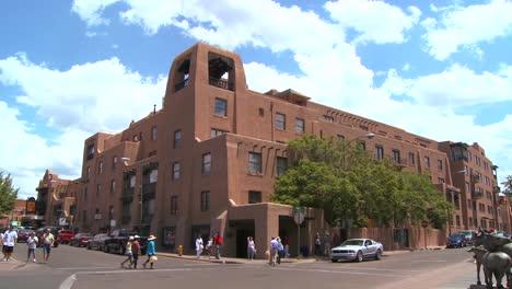 Establishing-shot-of-downtown-Santa-Fe-New-Mexico-with-adobe-buildings