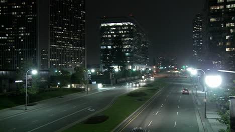 Eine-Straße-In-Der-Innenstadt-Von-Los-Angeles-Bei-Nacht