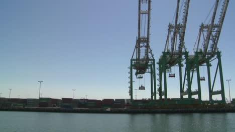 Pov-Desde-Barco-De-Grúas-Y-Puerto-En-Long-Beach-Harbour