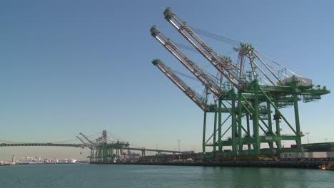 Un-Barco-Del-Puerto-Pasa-Junto-Al-Puerto-De-Long-Beach-Y-Los-Contenedores-1