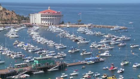 Descripción-General-De-La-Ciudad-De-Avalon-En-La-Isla-Catalina-Con-La-ópera-De-Fondo