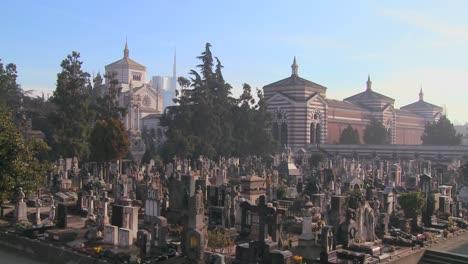 El-Horizonte-Moderno-De-Milán-Italia-Con-Un-Vasto-Cementerio-En-Primer-Plano