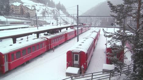 La-Estación-De-Tren-De-St-Moritz-Suiza-Durante-Una-Tormenta-De-Nieve-1
